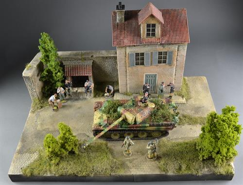 French house with well - 58x39x40cm (Figures and vehicles not included)